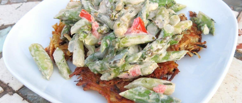 Vegetarisches Rezept: Süßkartoffelrösti und grüner Spargel