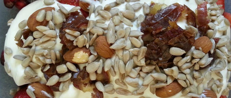 Frühstück mit viel Obst und knackigen Samen.