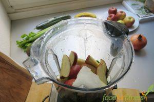 Apfel, Petersilie, Eis. Fertig ist der Smoothie