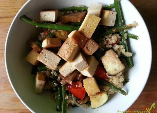 Leckere Eiweißbombe: Gemüse mit Quinoa und Räuchertofu.