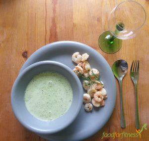 Kalte Gurkensuppe und warme Shrimps.