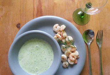 Kalte Gurkensuppe mit Shrimps
