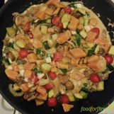 Bunte Gemüsepfanne mit Süßkartoffel und Feta