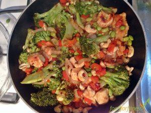 Gesundes Cashew Hühnchen mit viel Gemüse