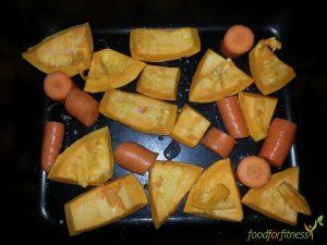 Kürbis und Karotten in Stücke schneiden und ab in den Ofen.